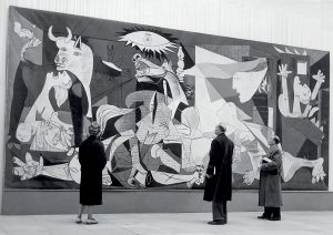 Besucher der Picasso-Ausstellung vor